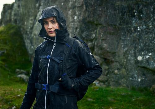Jak wybrać dobrą kurtkę przeciwdeszczową damską?