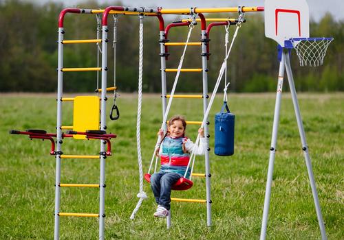 Ogrodowy plac zabaw – jak wybrać najlepszy?